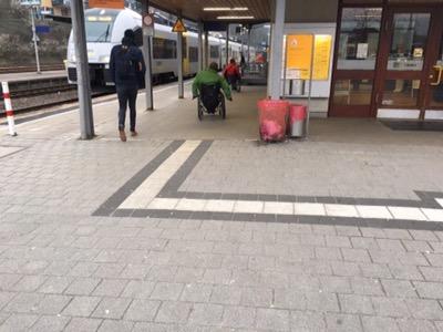 Bild vonm Zugang zum Bahnsteig, die Blindenleitlinie endet unvermittel an der Grenze zum Bahnsteig