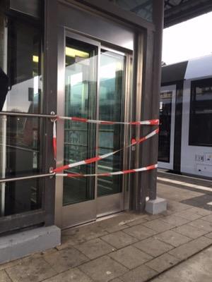 Mit rot-weißem Flatterband gesperrter Aufzug
