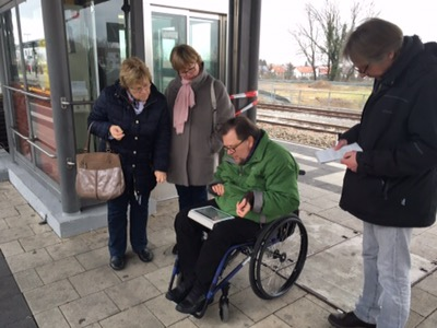 Matthias Rösch ducht per Tablet nach neuer Zugverbindung