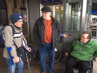 Ein Mann mit Gehhilfen berichtet über seine Erfahrungen mit defekten Aufzügen
