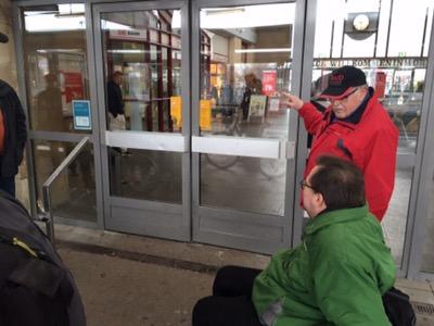 Heiner Bögner an der Zugangstür zur Bahnhofshalle in Worms