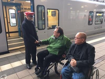 Händedruck mit Service-Mitarbeiter der Bahn