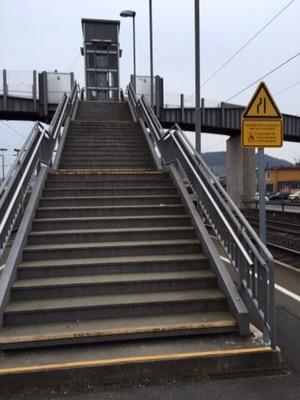 Treppenaufgang mit verblasster Stufenmarkierung