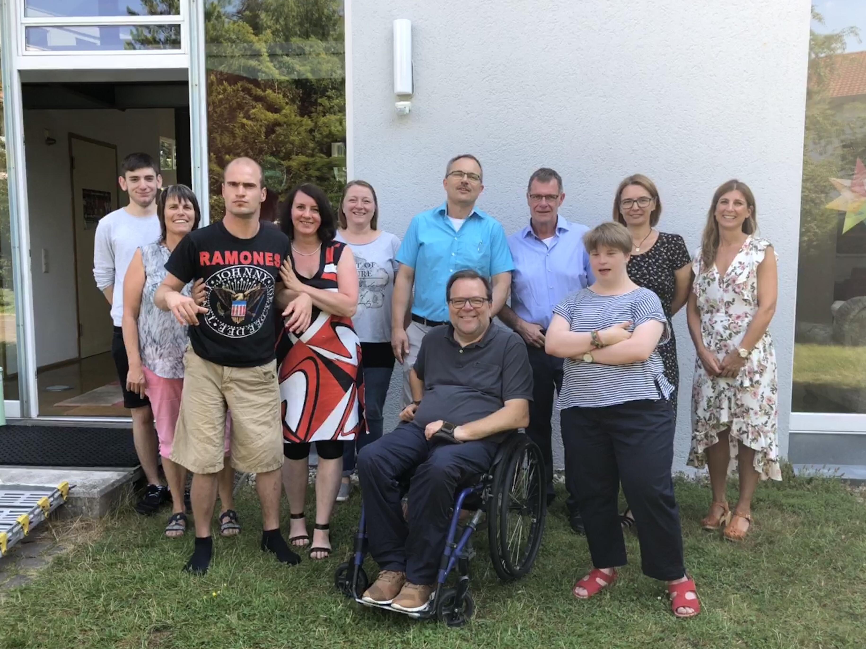 Gruppenbild vor dem Haus der Wohngemeinschaft in Kaiserslautern