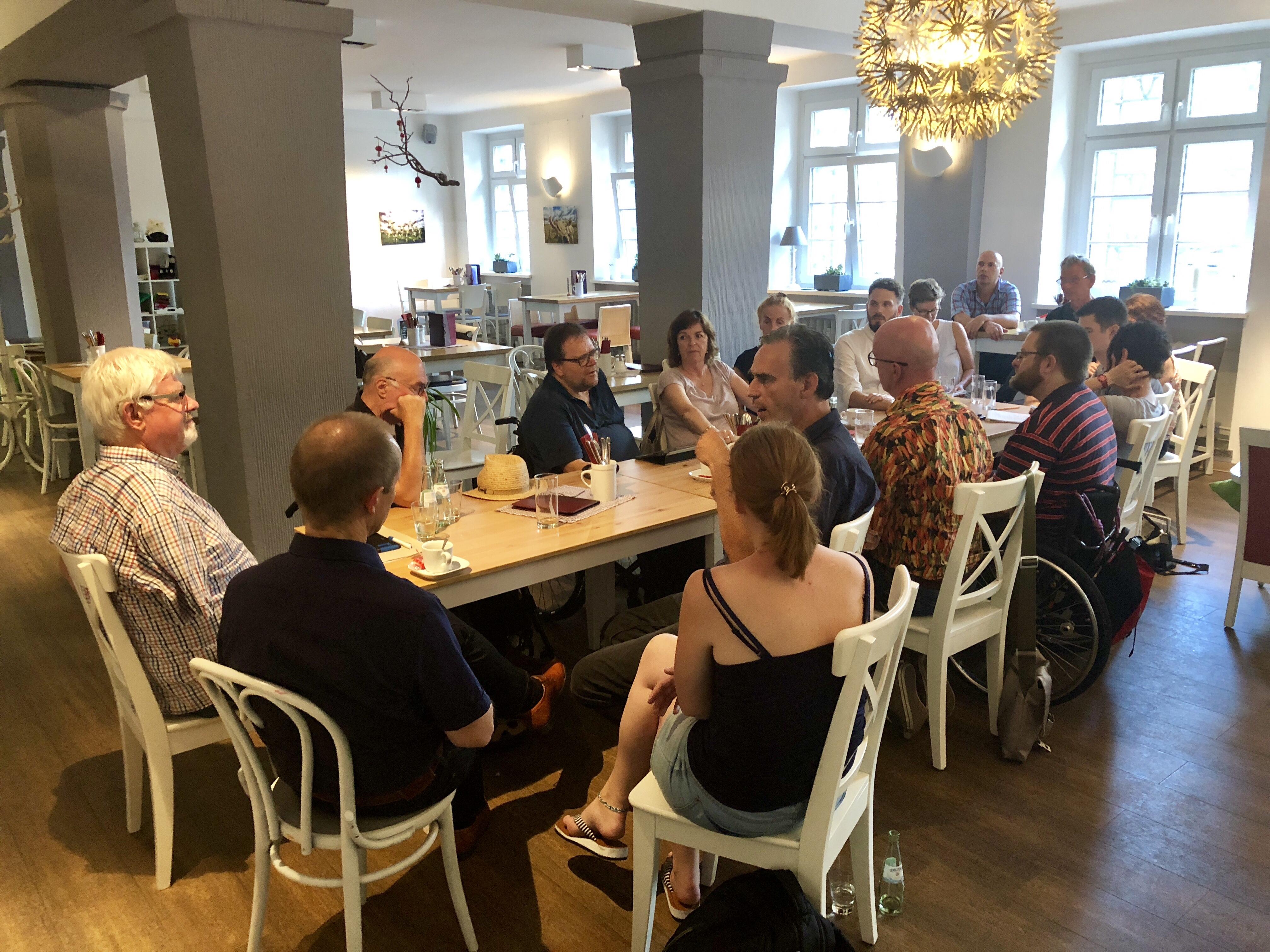 Gesprächsrunde am Tisch im Café