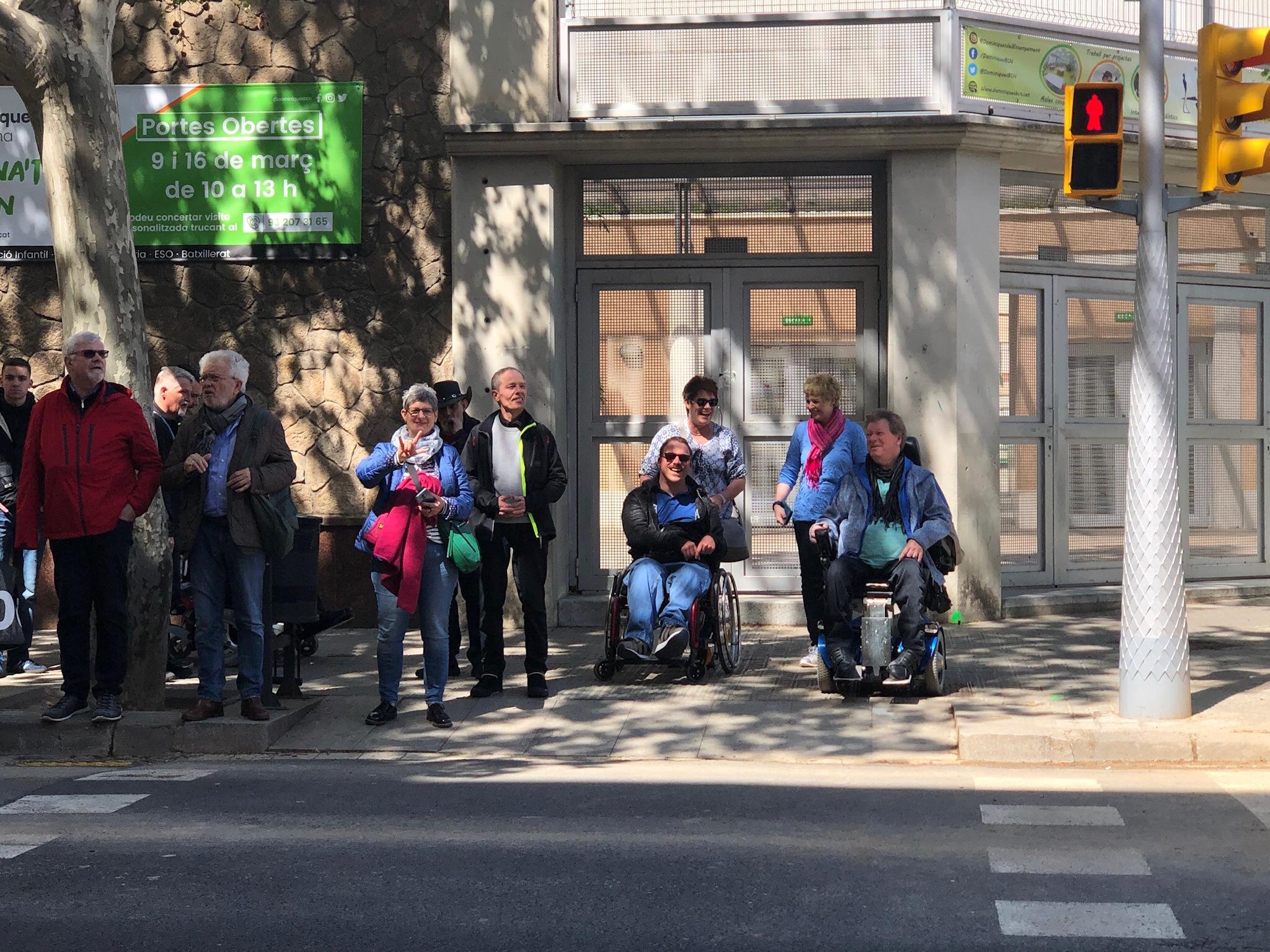Teilnehmer der Inklusionstour stehen am Fußgängerüberweg in Barcelona