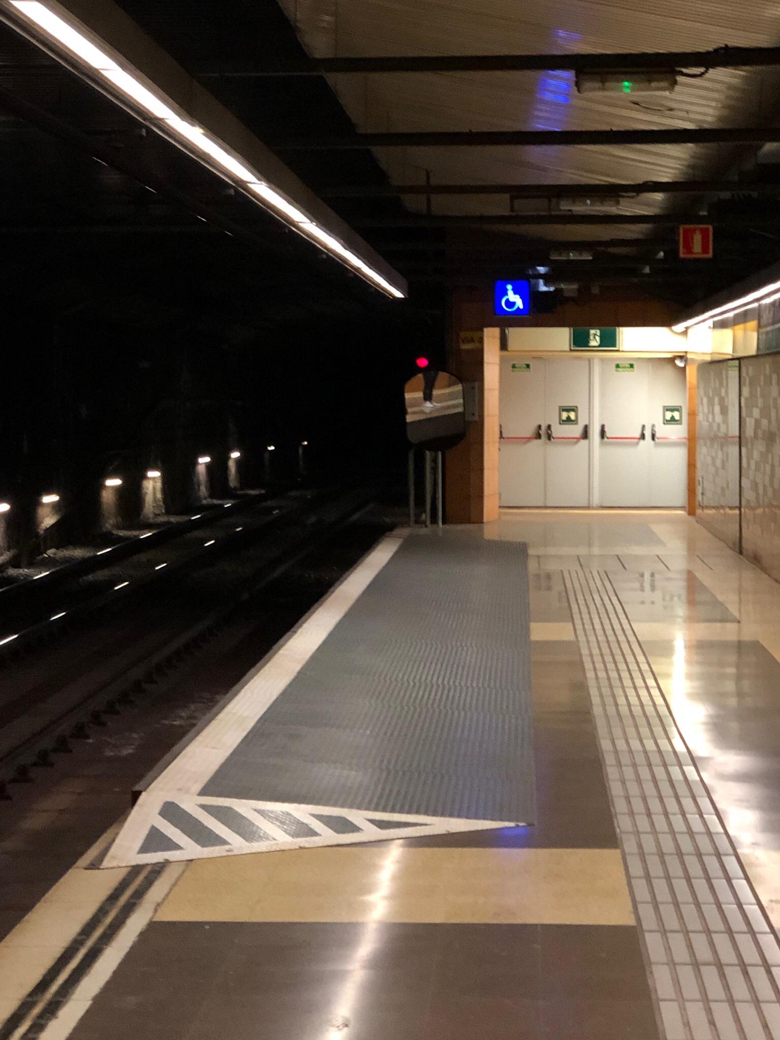 Erhöhung an Bahnsteig der Metro Barcelona