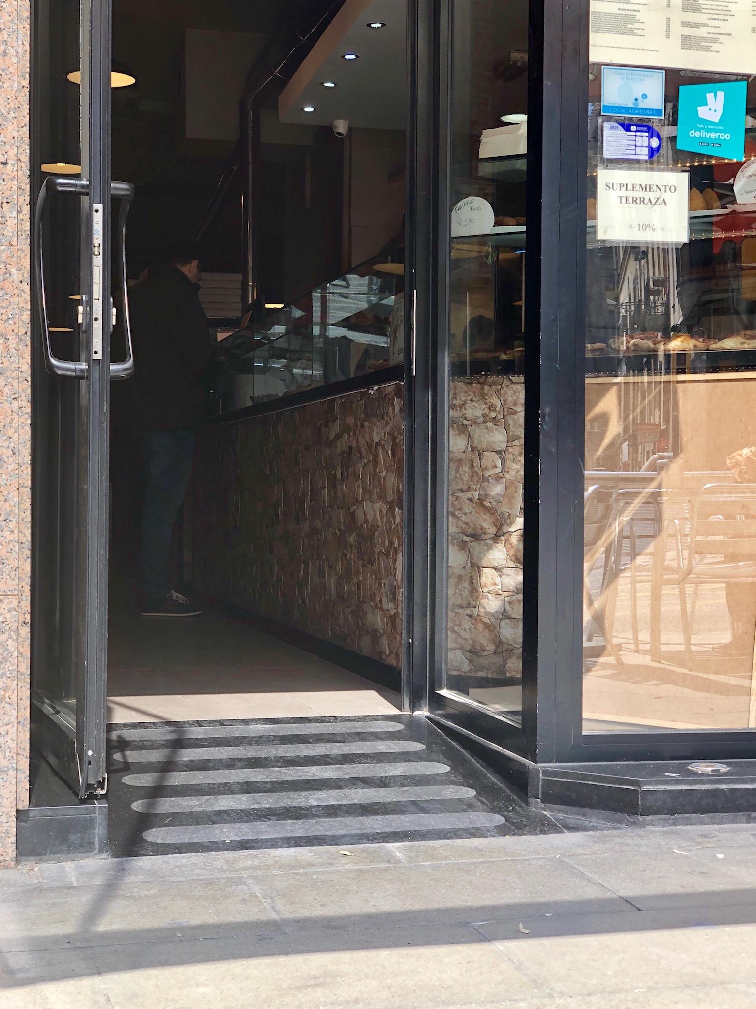 Eingang mit Rampe zu einem Café
