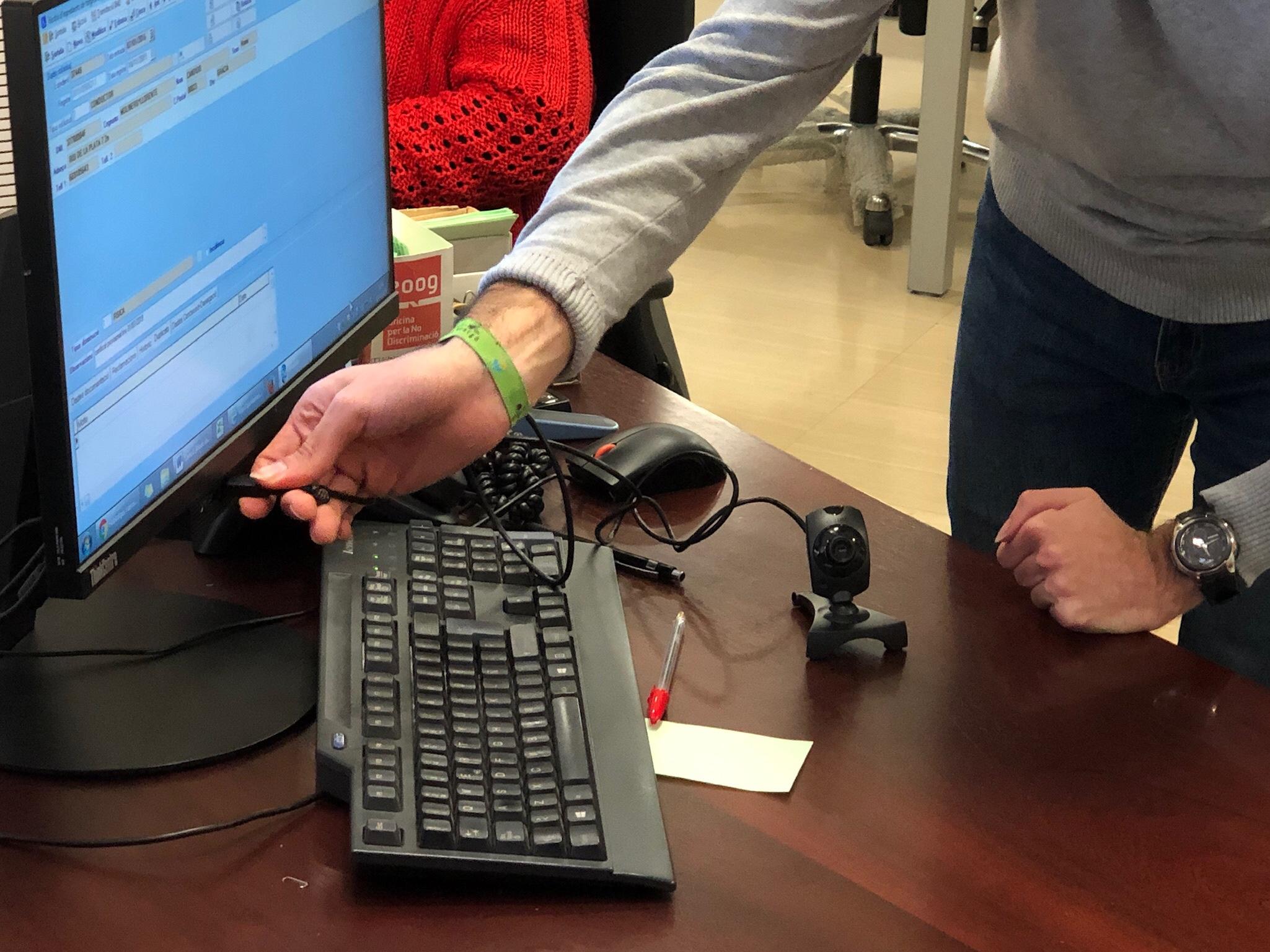 Eine Video-Kamera wird an den Computer angeschlossen