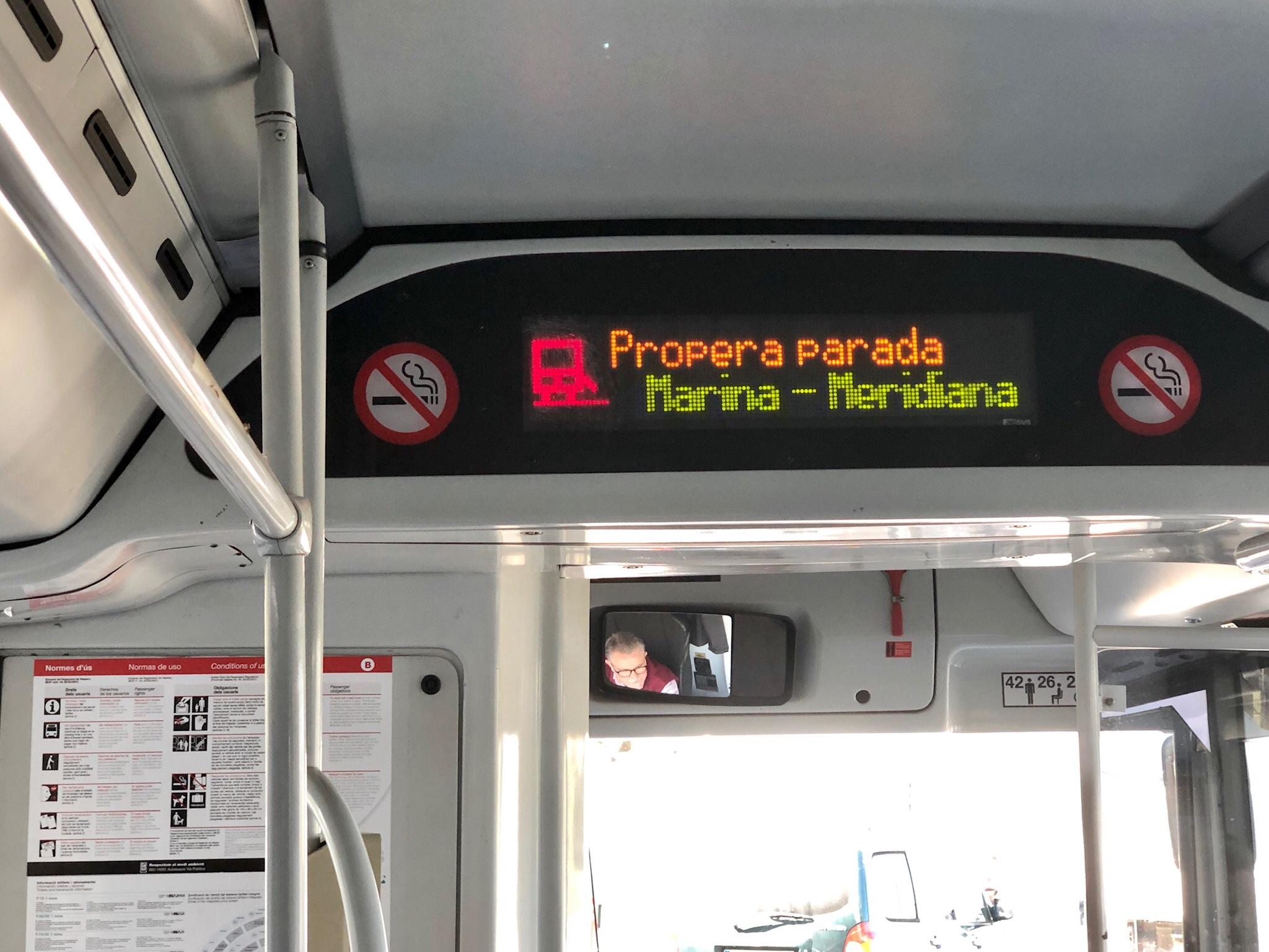 Anzeige im Bus mit nächste Haltestelle und Symbol für die angeforderte Rampe