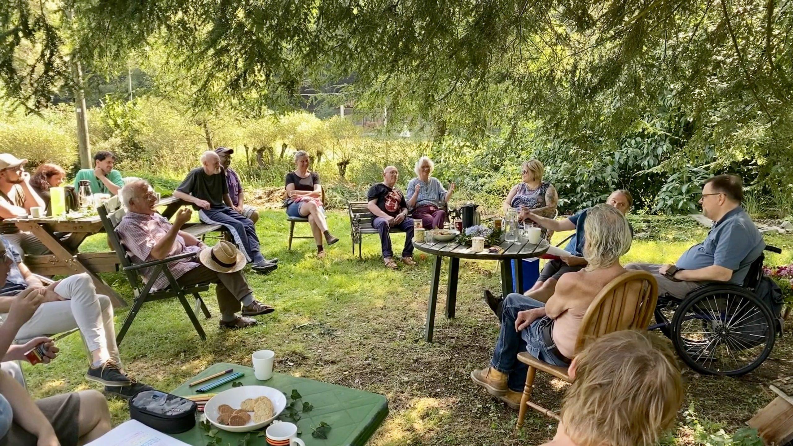 Gesprächsrunde auf der Wiese der Wohngemeinschaft